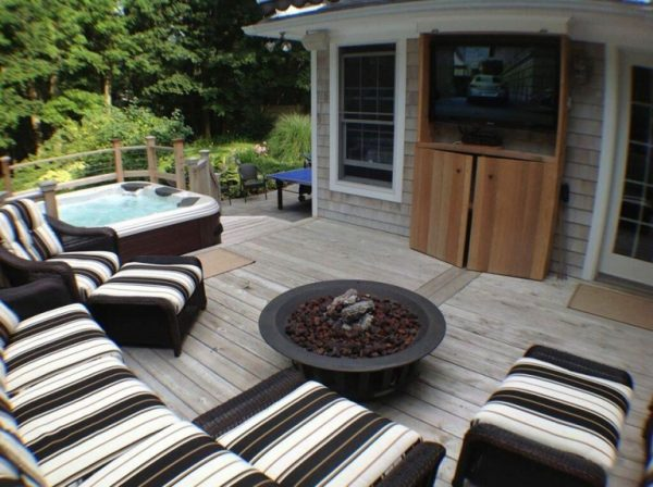 Outdoor Room with Hot Tub on Deck (Long Island/NY):